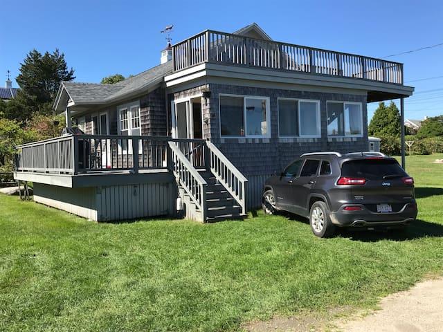 Summer Getaway Cottage - 500ft walk to beach!