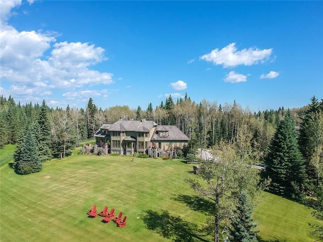 Stunning Estate in Bragg Creek/Rockies-Swim Pool