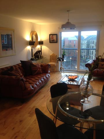 Clean and Contemporary, with secure parking - Glasgow - Apartament