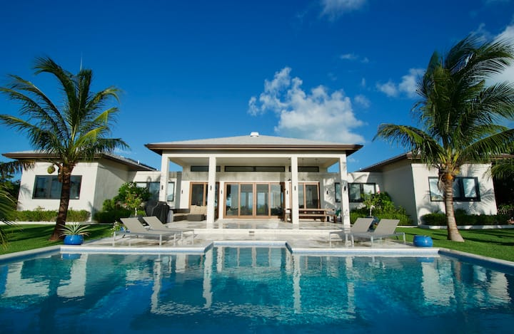 HillTop HideAway| Private Villa with ocean view