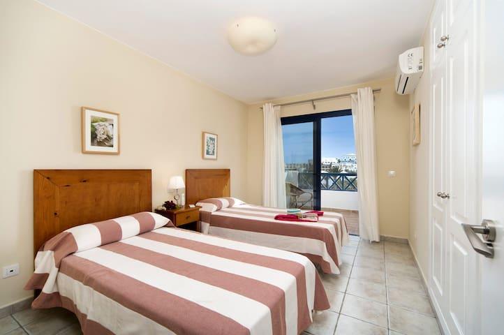 Dormitorio de invitados con 2 camas individuales, terraza con vistas al mar, armario empotrado, aire acondicionado. La habitacion esta situada en la 1er Planta junto al dormitorio principal
