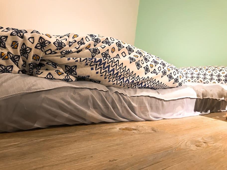 提供日式床墊+軟床墊+保潔墊,大約15公分。the mattress is about 15cm