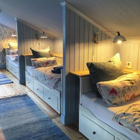 Im der Ferienwohnung befinden sich vier Schlafnischen mit vier Einzelbetten. Auf Wunsch können drei der Einzelbetten zu Doppelbetten ausgezogen werden. Somit können maximal 7 Personen übernachten.