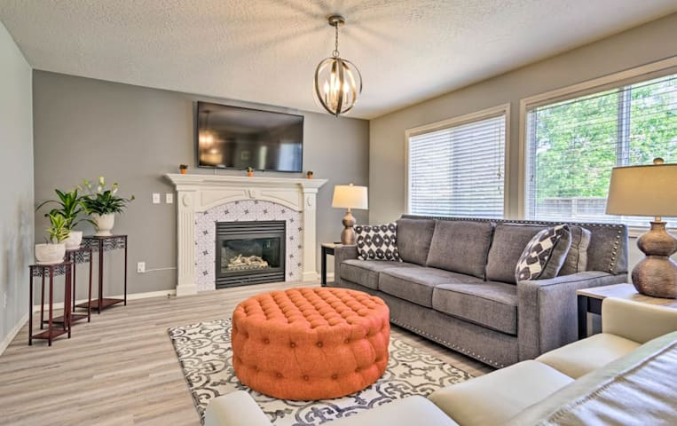 4 min to The Village: Newly Furnished House for 15