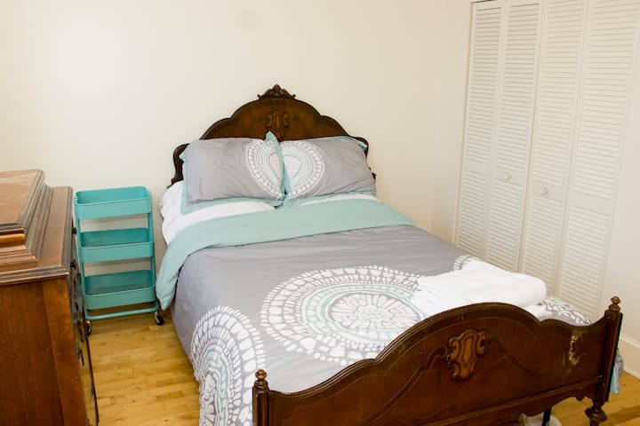 Bright Room Near Johns Hopkins - Baltimore - House