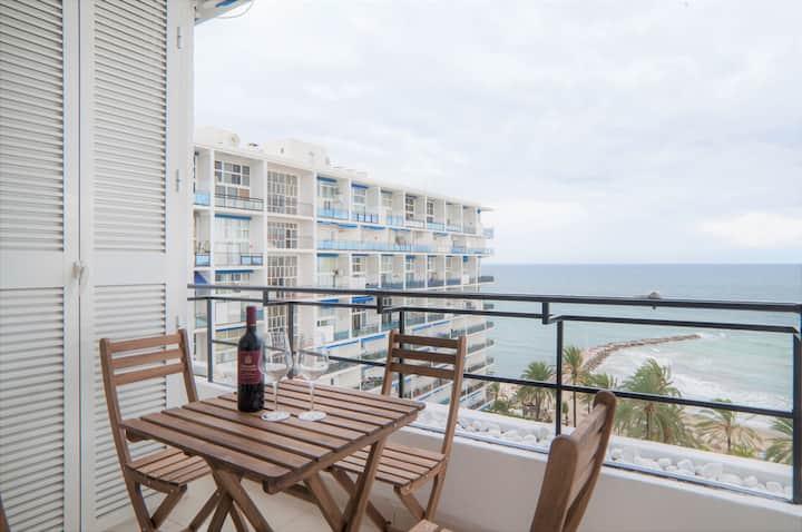 Apartamento con vistas frontales al mar y terraza