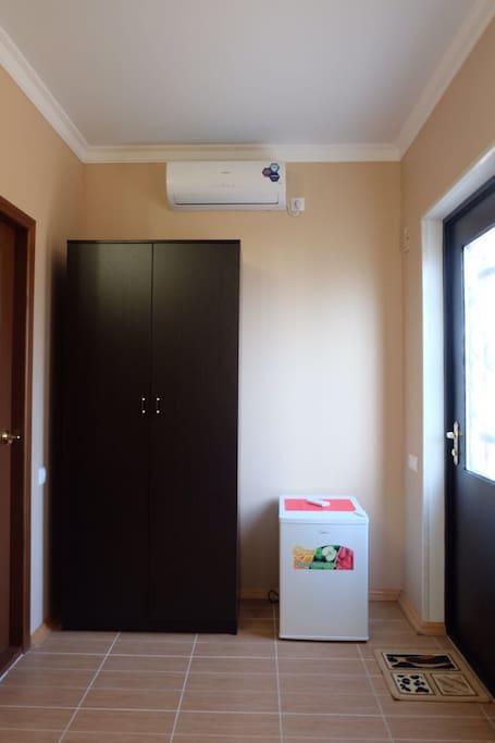 Шкаф, кондиционер, мини холодильник, железная дверь (отдельный вход в каждый номер)