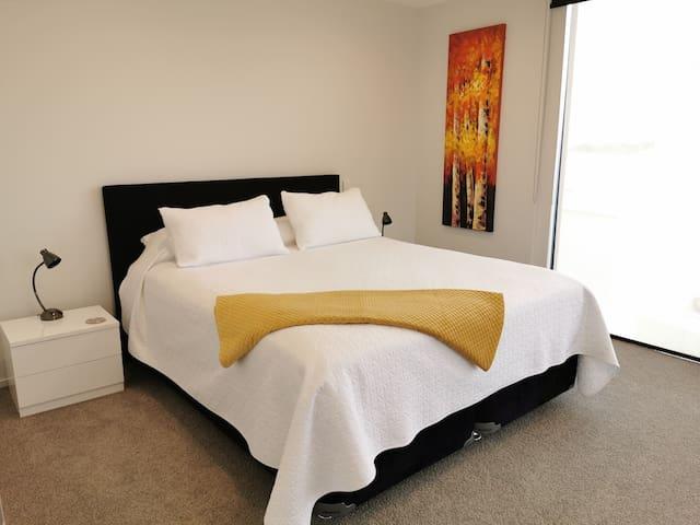 Bedroom 2, King bed, Level 2