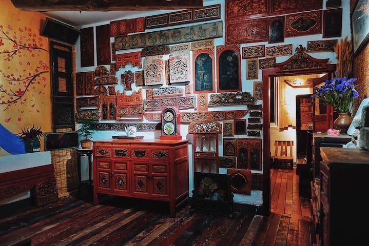 重庆旅游磁器口古镇瓷器口最后的老院子,真正老重庆的生活,一门之隔的繁华和宁静满屋古董花板细诉岁月痕迹