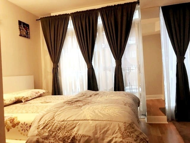 Downtown A1 Location walk to Subway & Eaton Centre