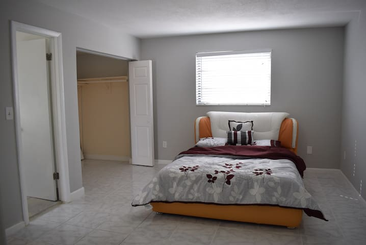 Large Master Bedroom w/ Bathroom & Large Closet - Miami