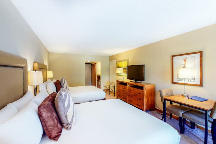 Family-friendly hotel room w/shared outdoor pool, hot tub, gym - walk to lifts!