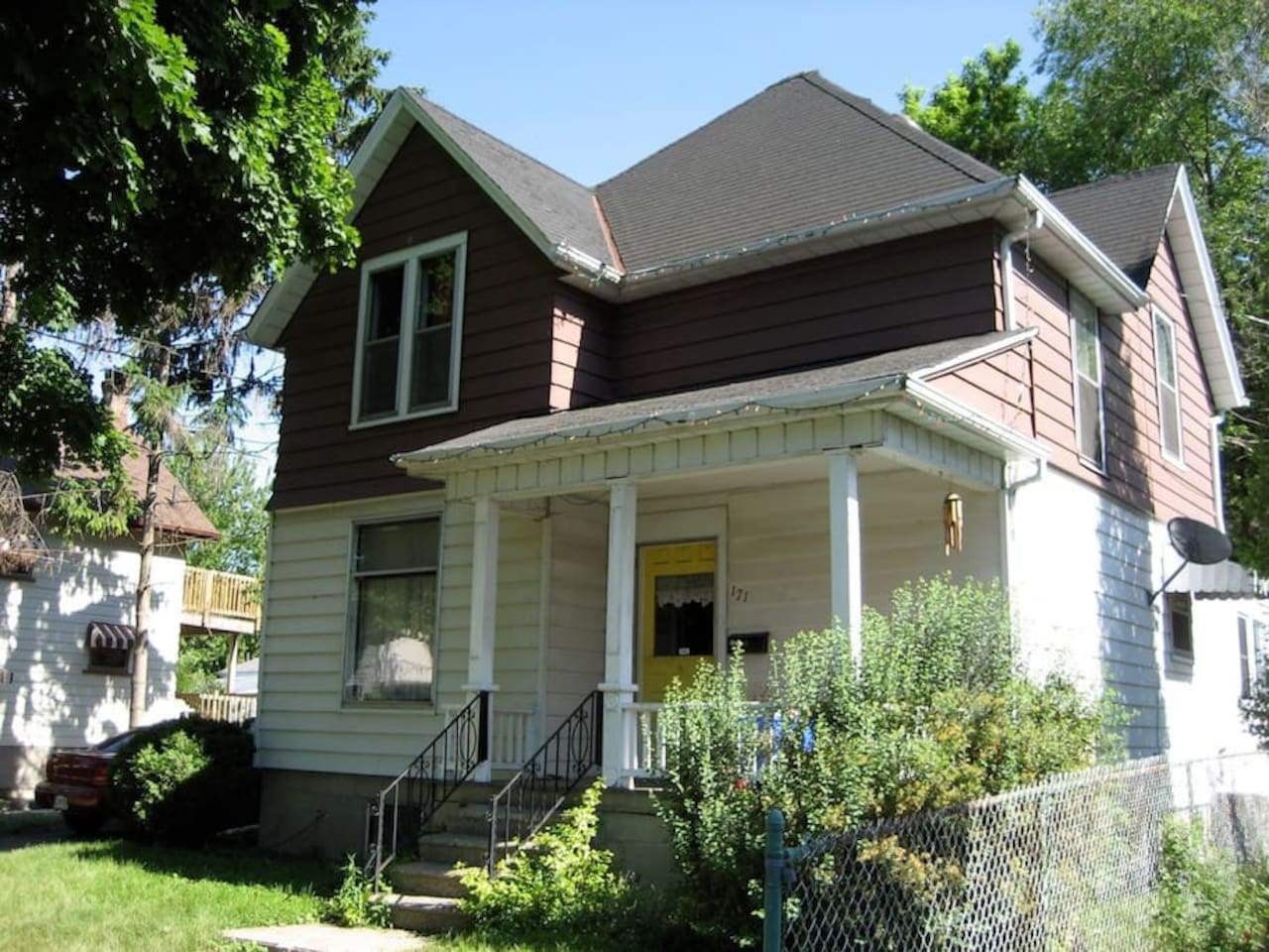 Century home 3 blocks from the waterfront and downtown.  Central Air and Fully Equipped.