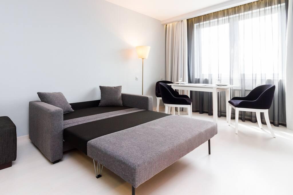 Гостиная. Двуспальных диван в разложенном виде