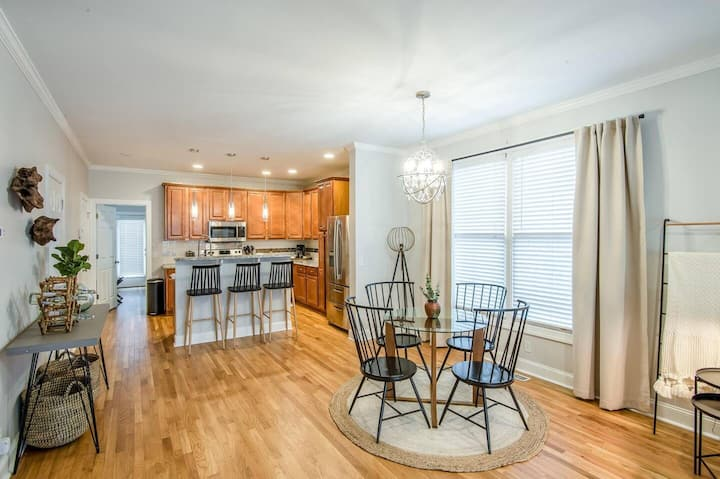 Rare Home with 5 Beds Near Downtown Music City!
