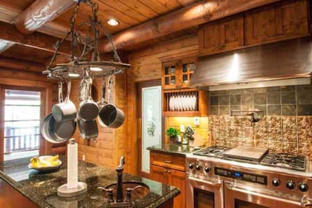 5 STAR Secluded Luxury Log Home