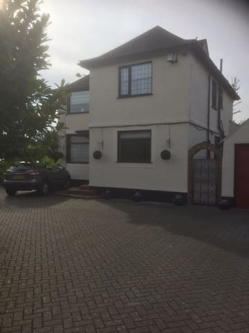 The Willows, large detached house - Feltham - Talo