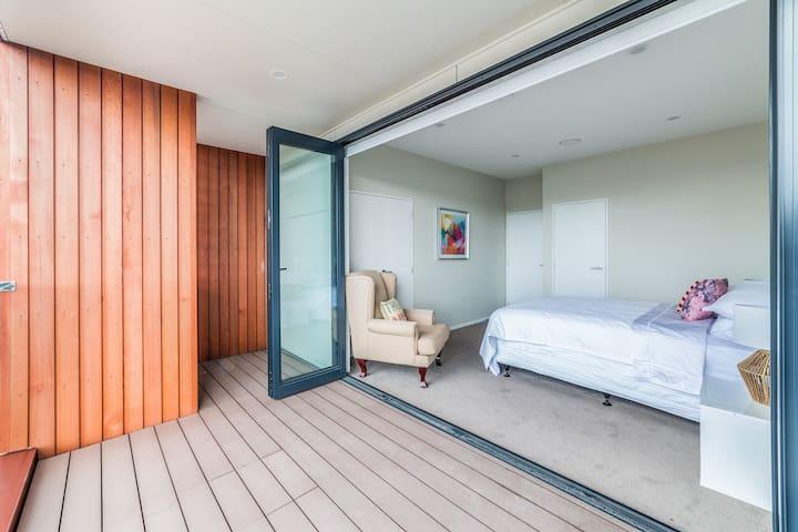 Sunny,modern,4 bedrooms townhouse--Devonport