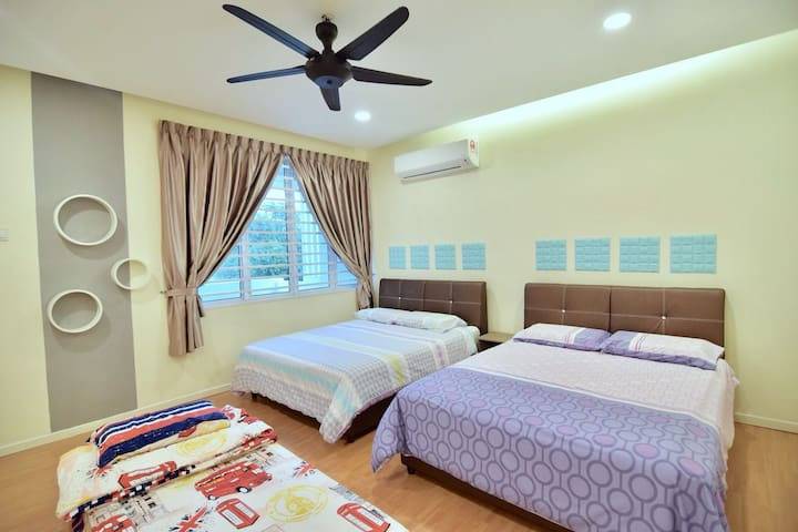 BIG FAMILY ROOM WITH 2 QUEEN SIZE BED..WITH BLACONLY OVER VIEW THE GREEN FIELD.