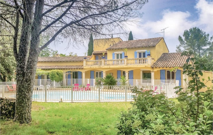 Holiday cottage with 5 bedrooms on 250m² in Villetelle