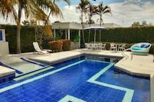 La zona principal y de mayor diversión... la piscina, con su BBQ, kiosko con sillas de hamaca y el JQZ que se conecta a las piscina la parte menos profunda de 0:70 cm hasta una profundidad de 1:50 apta para pequeños y grandes