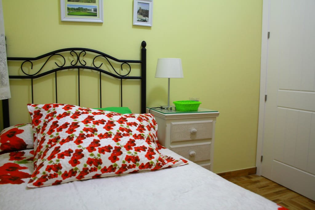 Dormitorio pequeño muy luminoso con cama de 90
