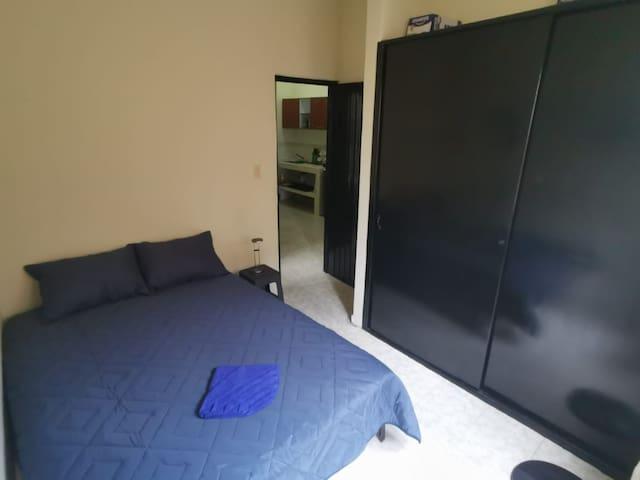 Acogedora y ventilada habitación con cama doble, silenciosa por su ubicación estratégica.    Cuenta con ventilador y armario