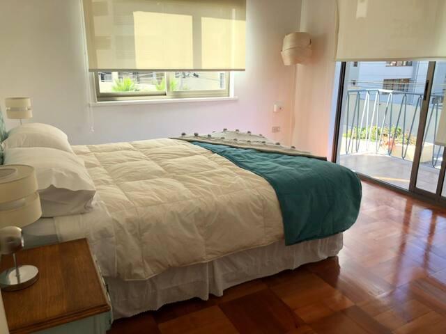 Dormitorio  principal con balcón y vista al mar