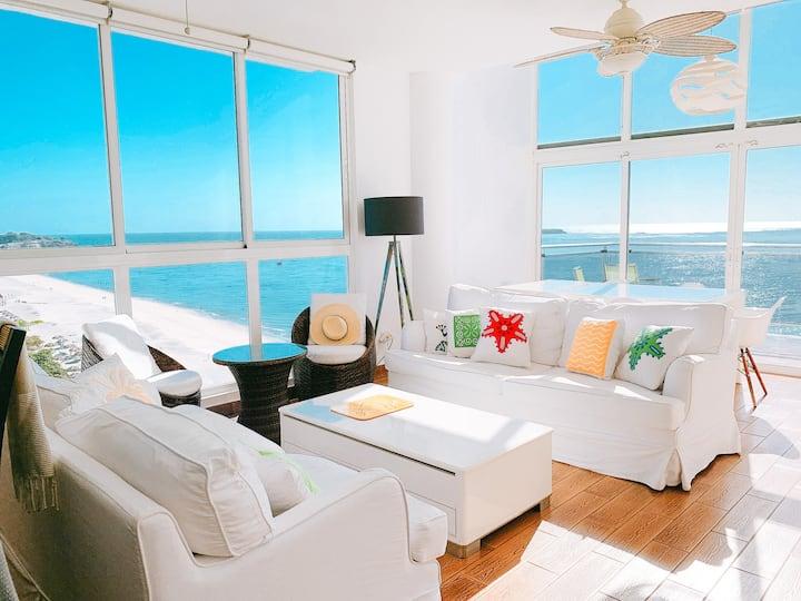 Moderno loft con vista al mar y playa.