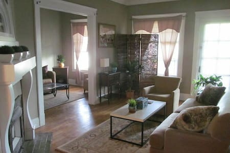 Artists Historic 2 Bdrm - Brecksville - Apartament