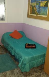 Habitación con cama individual. - Manises