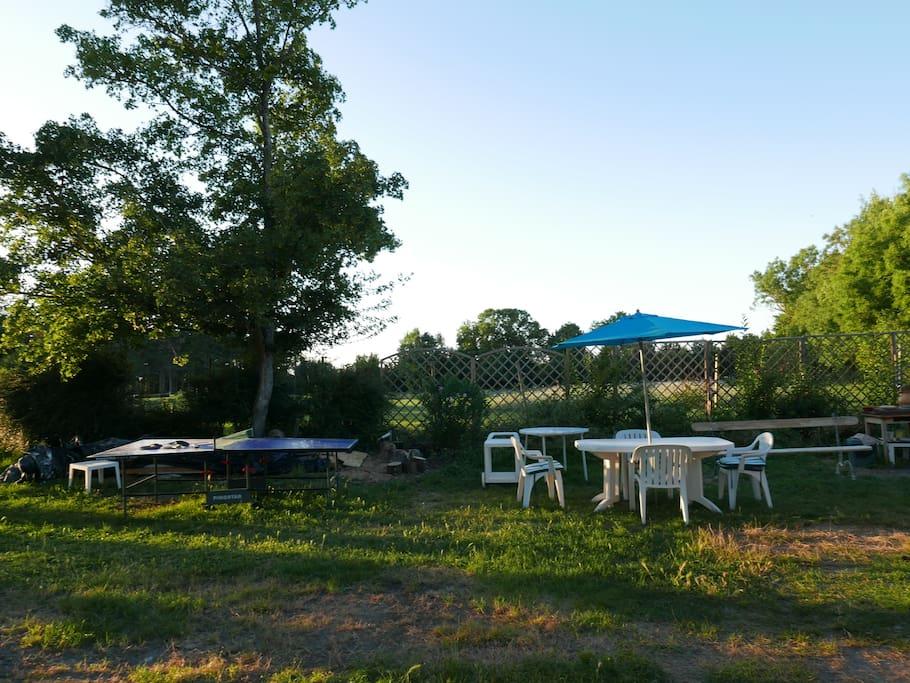 Jardin arboré avec ping-pong
