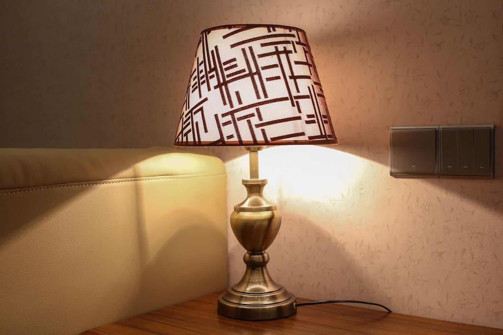 床头灯及沙发