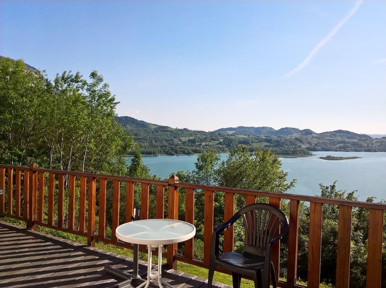 Vue de la terrasse en bois du séjour et cuisine