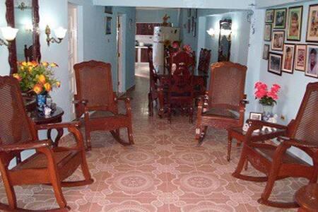 Hostal La Casa Azul, Sra. Omaida, Sancti Spíritus. - Hostel