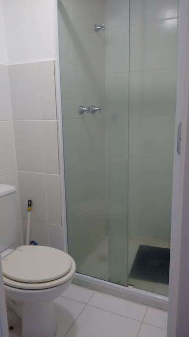 walk in shower (do not fit a whelchair) / Chuveiro
