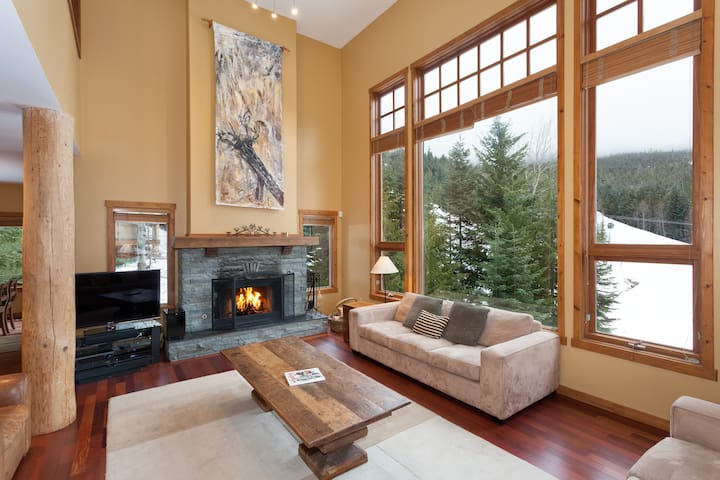 Luxury Mountain Slope Side Chalet Ski in/Out - Whistler - Hus