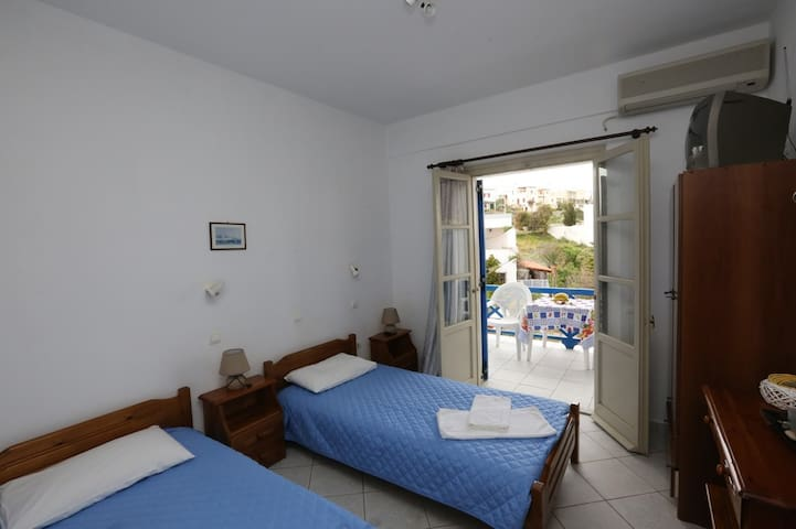 Studio 1 , Azolimnos, 7 minutes walk to the beach
