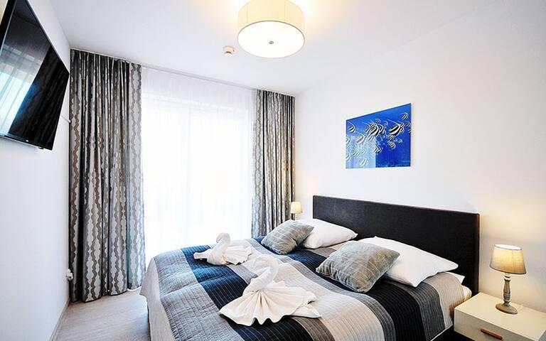 Schlafzimmer mit Kingsize Bett 180x200cm