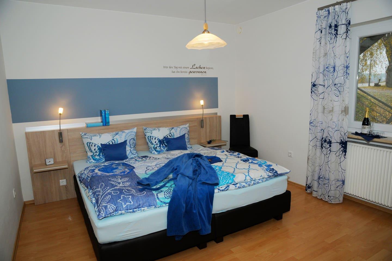 Whg Kornblum, Elternschlafzimmer mit Boxspringbett
