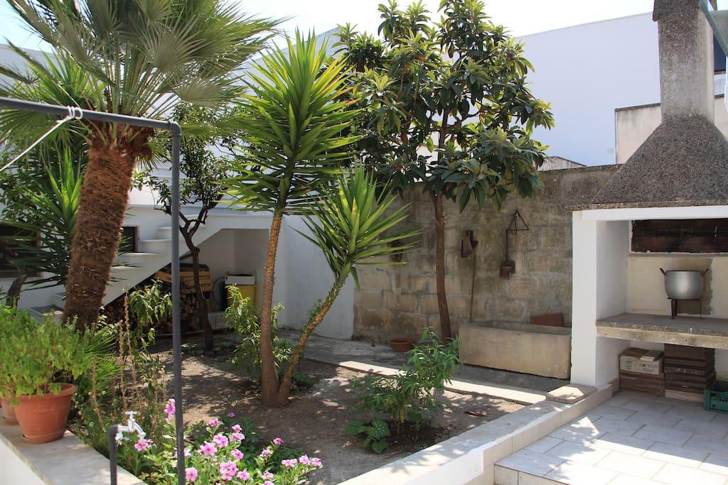 Piccolo giardino con possibilità di usufruire del camino esterno per una bella grigliata