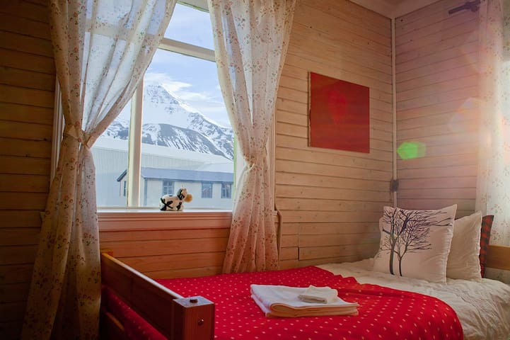 Cozy twin room, just off the ring road! - Siglufjörður - Chambre d'hôtes