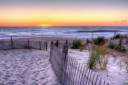 WEST OF THE SUN @ 101 Eclectic Dewey Beach House - Dewey Beach - Отпускное жилье