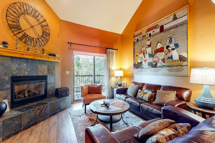 Bright & warm condo w/shared pool, hot tubs, sauna, & winter shuttle