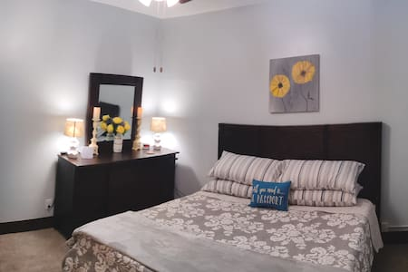 ⭐A Rare Find!⭐ King Size Bed -Market St. Apartment