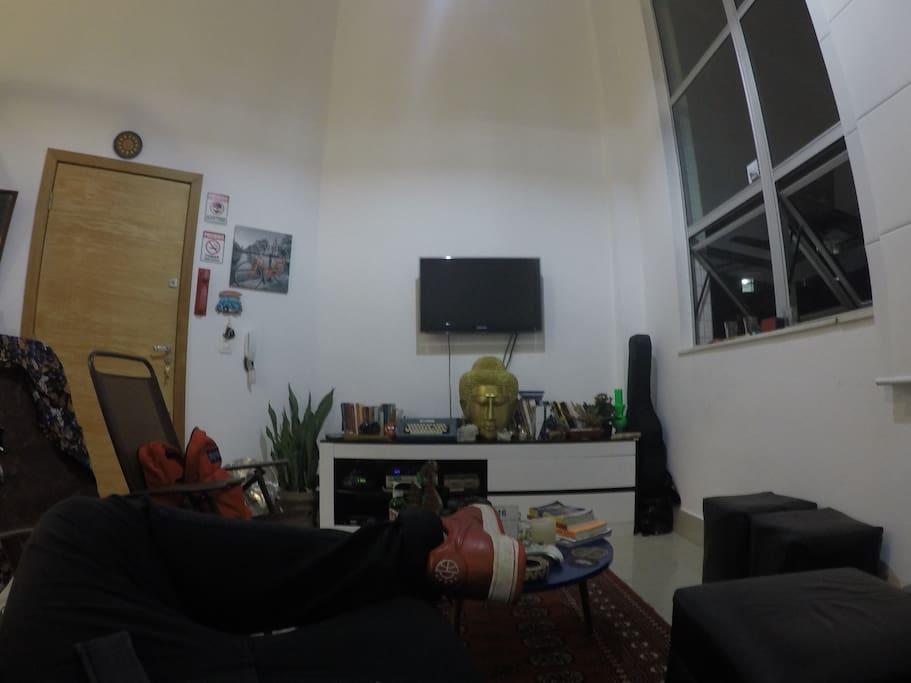 Visão do sofá para a sala de TV.