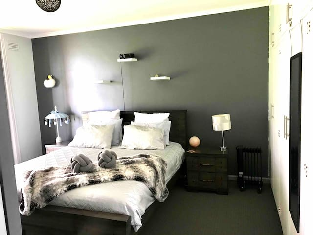Modern comfort, central 2 bedroom apartment