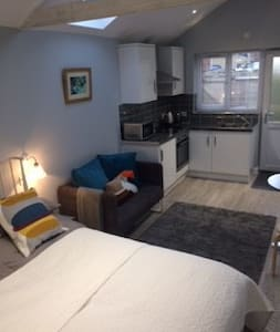 Self contained studio, en-suite close to hospital - Oxford