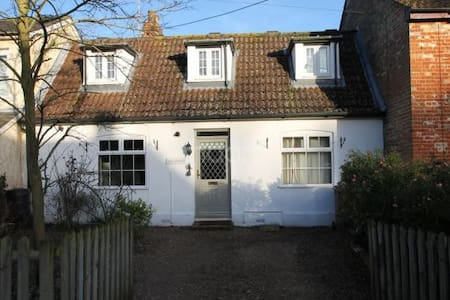 The cottage is in the quiet village of Bredfield, located 10 minutes from central Woodbridge, 15 minutes from Wickham Market and 20 minutes from Ipswich.  The room has access to a bathroom with shower and bath (athough isn't ensuite).