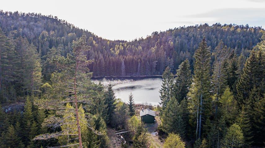 Enkel og fin skogshytte med fiske mulighet